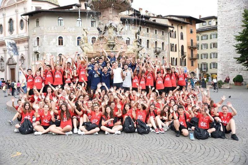 Foto di gruppo in piazza duomo a Trento